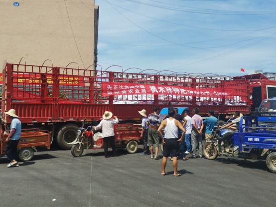 zhonghuahua肥、江xi鄱yang县共tongzu织恢复sheng产赠肥活动